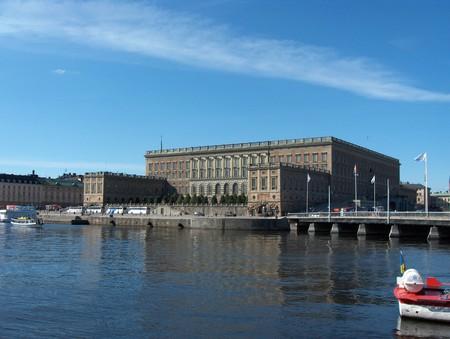 собственно, королевский дворец, у которого в полдень можно наблюдать церемонию смены караула