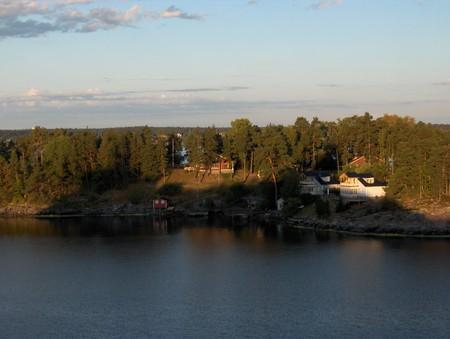 уже рядом со Стокгольмом — все больше застроенных островков — дачи местных жителей, до которых они добираются на лодках