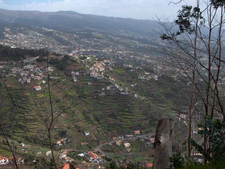 так и живут там люди — прямо на склоне горы, прорубая и возделывая огороды