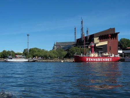 Finngrundet — последний действующий плавучий маяк, на заднем плане корабль Васа, сперва затонувший, затем поднятый со дна и превращенный в музей, единственный в мире сохранившийся парусный корабль начала XVII века.