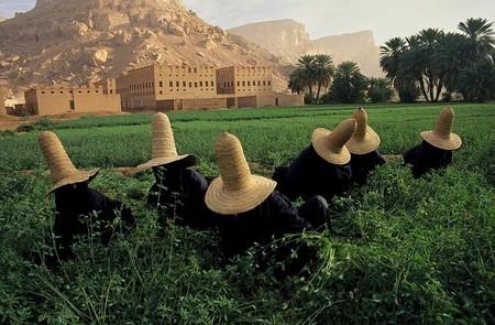 Поверх своей исламской одежды они носят вот такие необычные шляпки