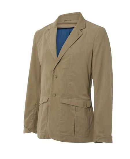С первого взгляда — классический пиджак на двух пуговицах