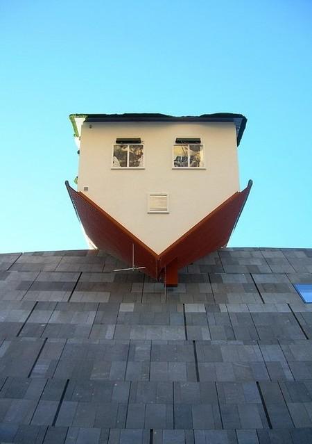 """Перевернутый дом """"House Attack"""" был врезан в музей, как часть экспозиции Эрвина"""