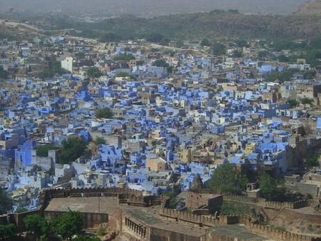 Здесь почти все здания выкрашены в голубой цвет