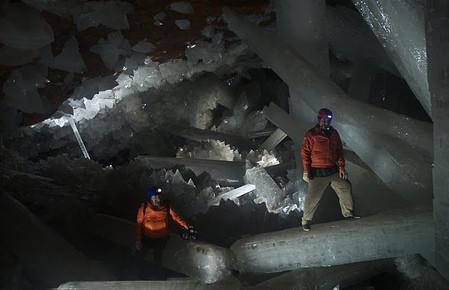 Исследователи в центре пещеры