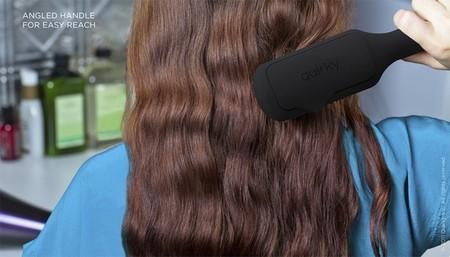 Дизайн ручки обеспечивает комфорт расчесывания длинных волос