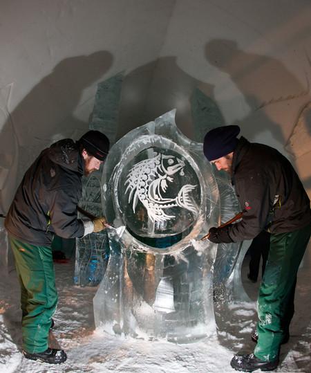 Вот так глыбы льда превращаются в изумительные скульптуры