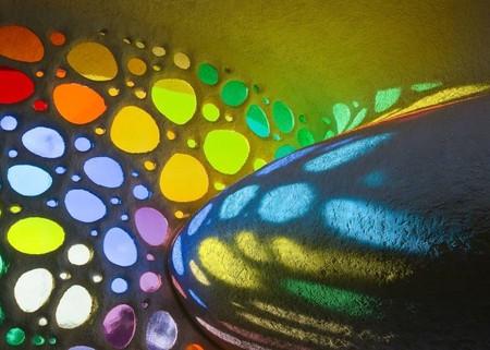 Разноцветные витражные окошки всегда создают веселое настроение