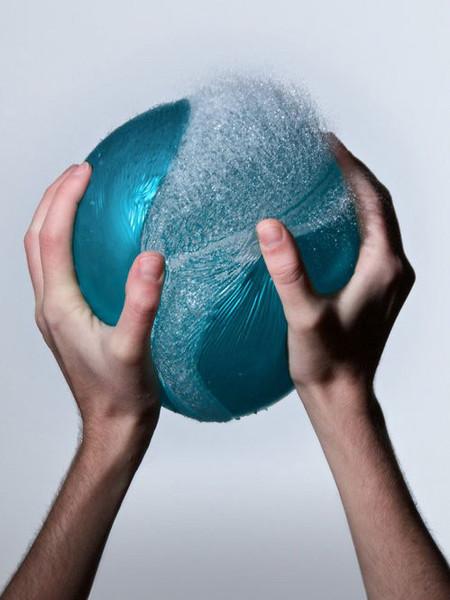 Лопающийся шарик, наполненный водой