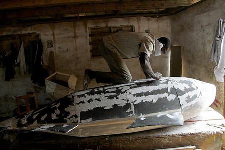 Изготовление фигурного гроба занимает несколько недель
