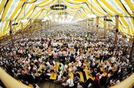 Огромная пивная палатка может вмещать до 11 тыс. человек