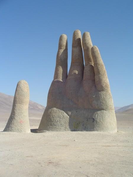 Рука пустыни имеет высоту 11 метров