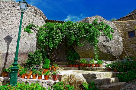 Дома из камня, под камнем и вокруг камня. Удивительная деревня Монсанто — фото 4