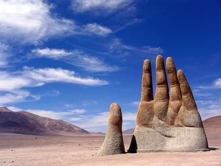Скульптура Mano del Desierto