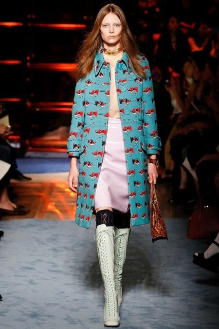 Пальто с принтами также добавило красок коллекции
