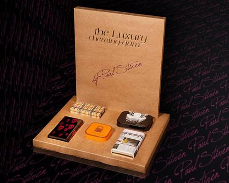 Жевательные резинки упакованы в стильные коробочки с модными узорами и принтами