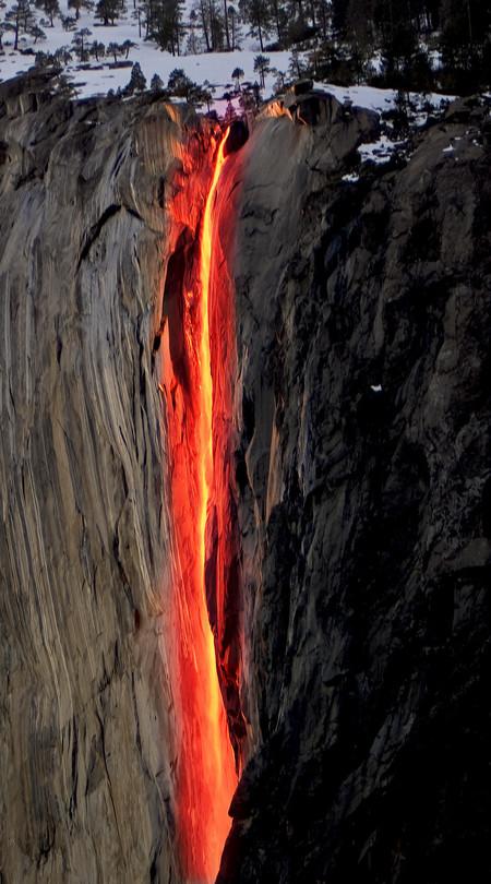 В некоторые мгновения, поток воды напоминает огненную лаву