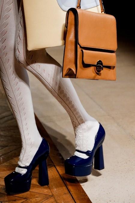 Туфли на высоком каблуке и бабушкины колготки — главный акцент
