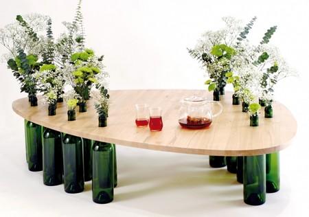Неплохо смотрятся бутылочки здесь и как вазы для цветов