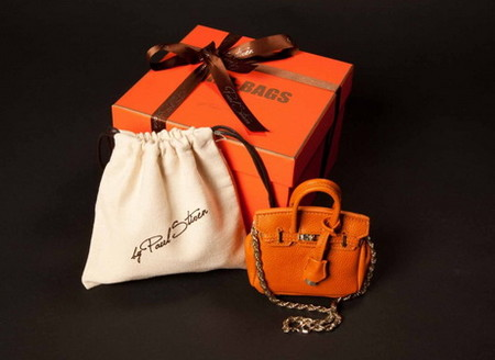 Также представлена миниатюрная сумочка Jane из кожи разных цветов
