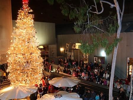 Новогодняя елка из магазинных тележек