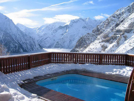 Бассейн в отеле Chalet le с видом на долину Veneon (Франция)
