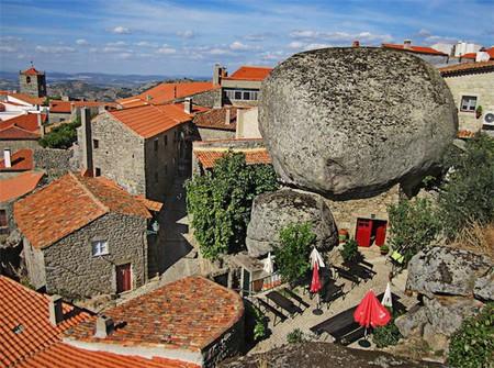 Дома из камня, под камнем и вокруг камня. Удивительная деревня Монсанто