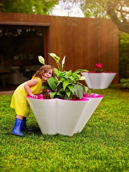 Столы больше напоминают цветы с большими лепестками