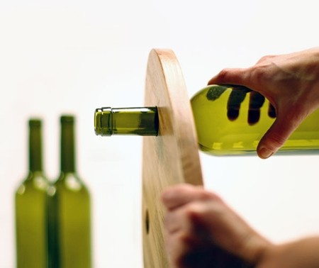 Всего лишь нужно надеть столешницу на горлышко бутылки