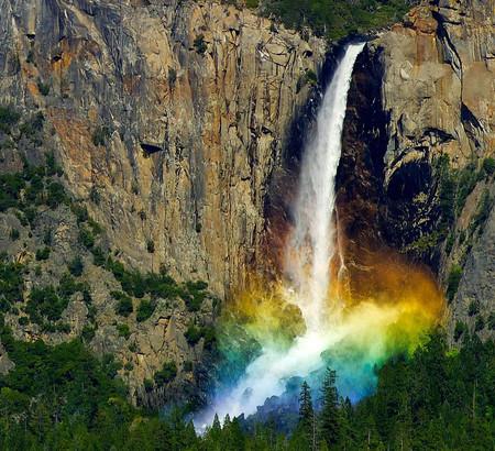 Радуга у водопада не редкое явление