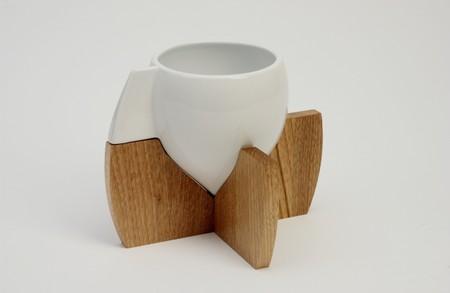 Необычное сочетание: чашка из фарфора и подставка из дерева