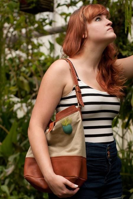 Такое украшение отлично смотрится и на сумке