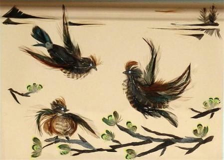 В качестве материала Марина использует перья птиц