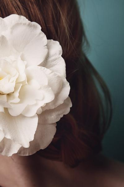 Весенний тренд: цветы в волосах — фото 15