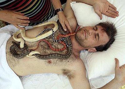 Мужчины, тоже видать захаживают на экзотический массаж )