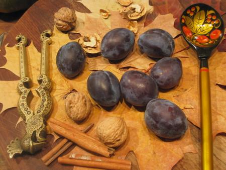 Восток - дело тонкое. Рецепт сливового варенья с грецкими орехами и корицей — фото 1