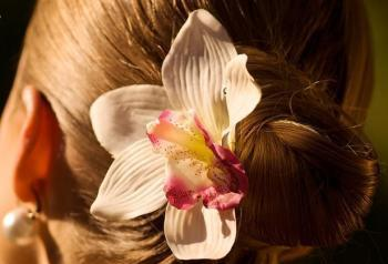 Весенний тренд: цветы в волосах — фото 19