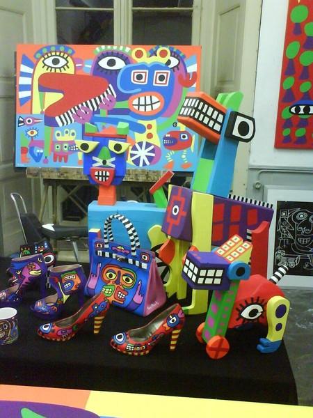Обычно в своем творчестве Тон использует мебель, картины, скульптуры, обувь