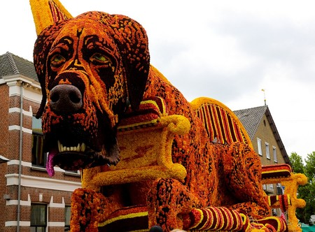 Скульптуры украшены разноцветными георгинами