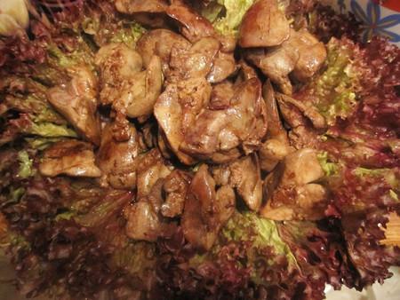 Выкладываем на листики салата нашу сочную и нежную печенку