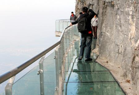 На стеклянном мосту туристов всегда хватает