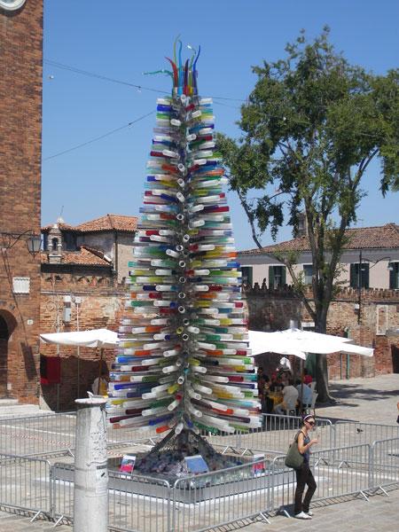 Для создания этой елочки использовали венецианское стекло