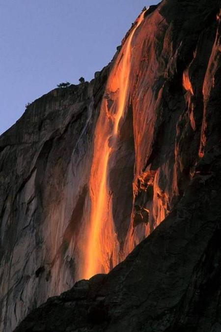 Самый яркий багровый цвет ниспадающего потока воды можно увидеть во время сумерек
