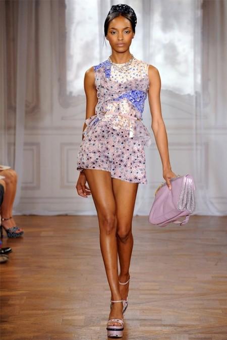Миниатюрное кружевное платье также входит в список летнего гардероба от Питера Коппинга