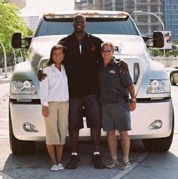 Знаменитый баскетболист Шакил О'Нил (рост 2 м 16 см) на фоне собственного Лимо Ford F650