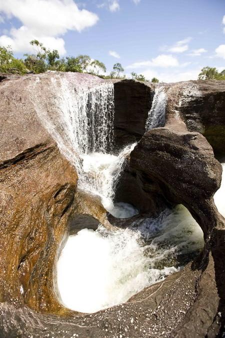 Вода пробивается через природные углубления каменистого дна