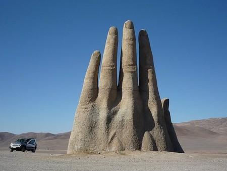 Громадная рука в пустыне Атакама — фото 8