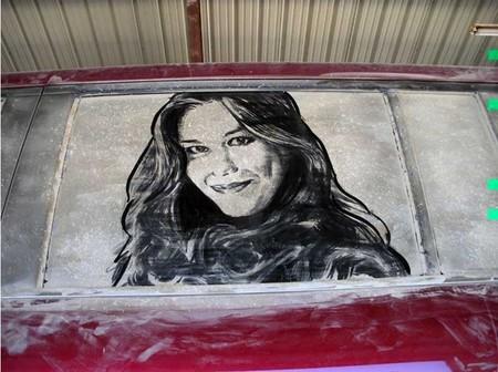 Владелицей этого авто видимо является эта очаровательная дама