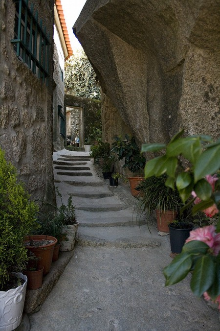 Дома из камня, под камнем и вокруг камня. Удивительная деревня Монсанто — фото 10
