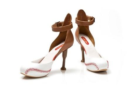 Первые туфельки вызывают ассоциации с бейсбольным мячом